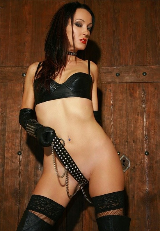 chateau-cuir-leather-lingerie-and-boots